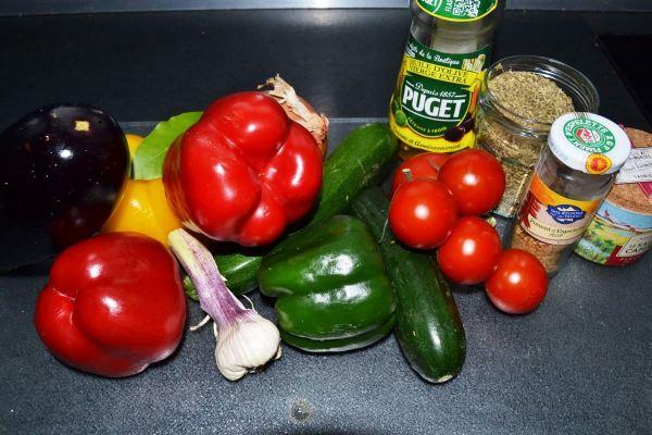 Zutaten ratatouille Paprika , Aubergine , Zucchini ,Knoblauch , Tomate