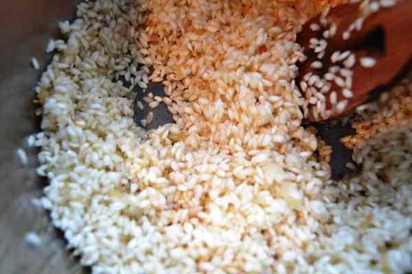 Schalotten und Reis andünsten