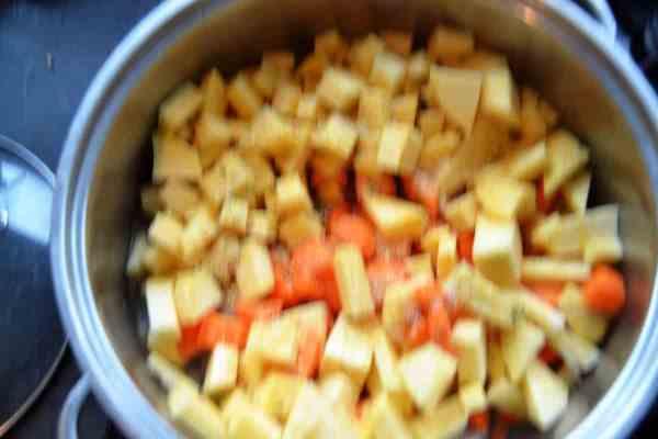 Steckrüben und Möhren und Kartoffelwürfel kochen aus liebe