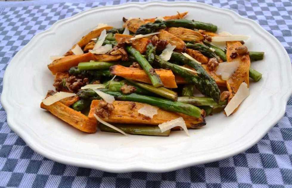 lauwarmer-grüner-spargel- salat- mit- süßkartoffel-und- parmesan- kochen- aus- liebe
