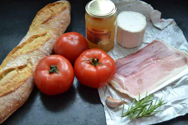 Bayonne Schinken , Ziegenkäse , Honig , Tomaten ,Baguette , Rosmarin