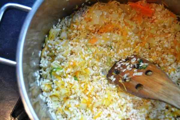 gewürfelte Zwiebel , Möhre und Fenchel und Reis anbraten