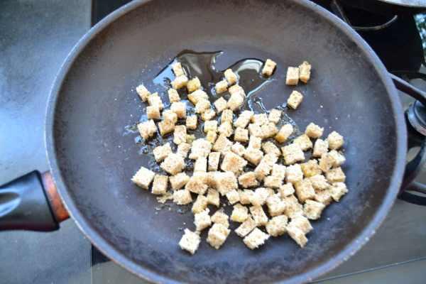 Brotwürfel in einer Pfanne anbraten