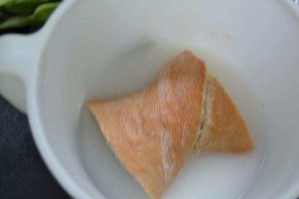 Weißbrot in Milch- Wasser einweichen