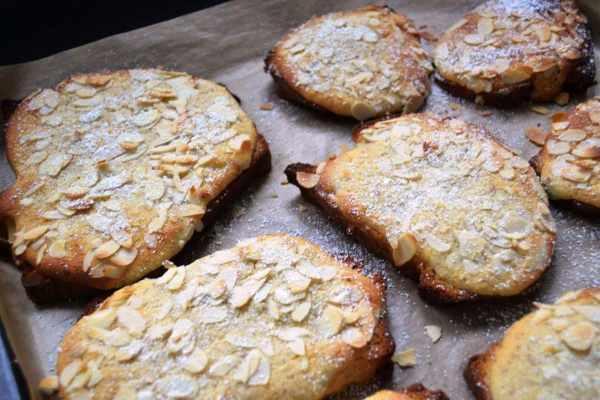 gebackene Briochescheibe mit Mandelcreme und Mandeln