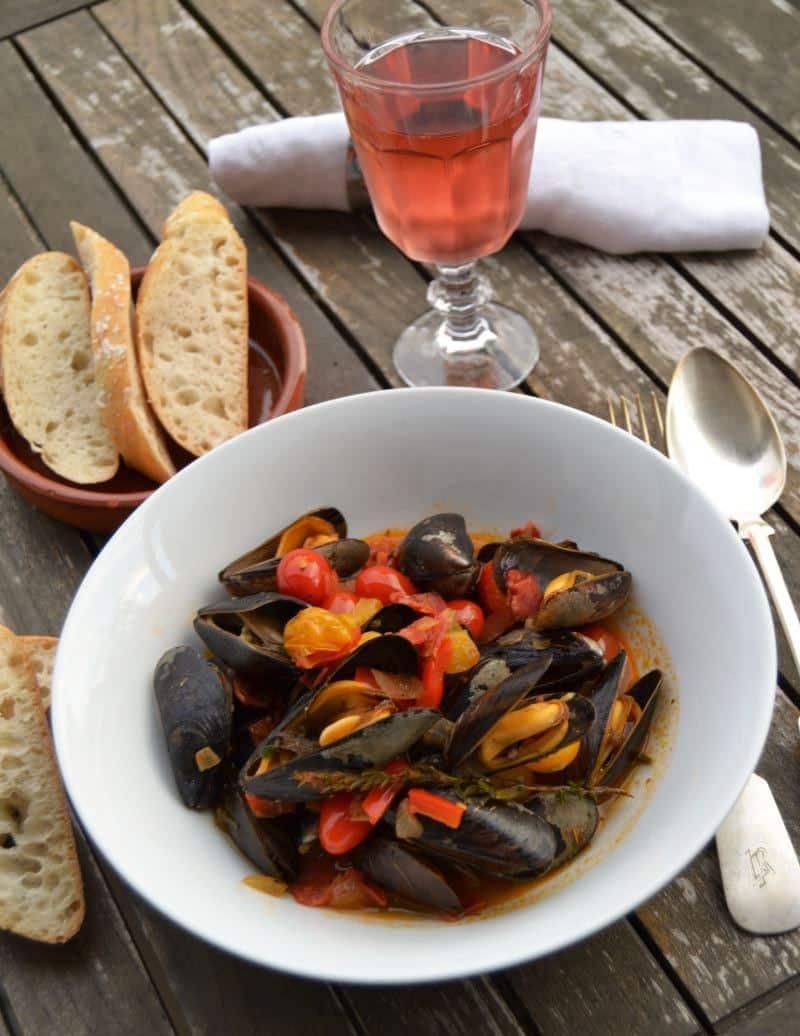 Muscheln Miesmuscheln mediterran im Tomate , Paprika, Zwiebel Wein , Sud Baguette