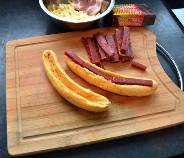 Bananen etwas ausgehöhlt Guavenpaste und Käse
