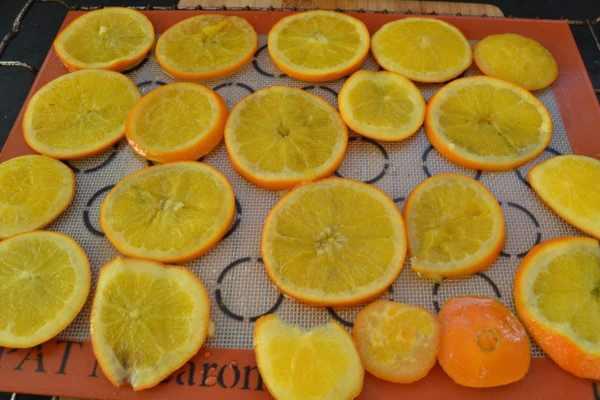 in Sirup gekochte Orangenscheiben im Backofen trocknen