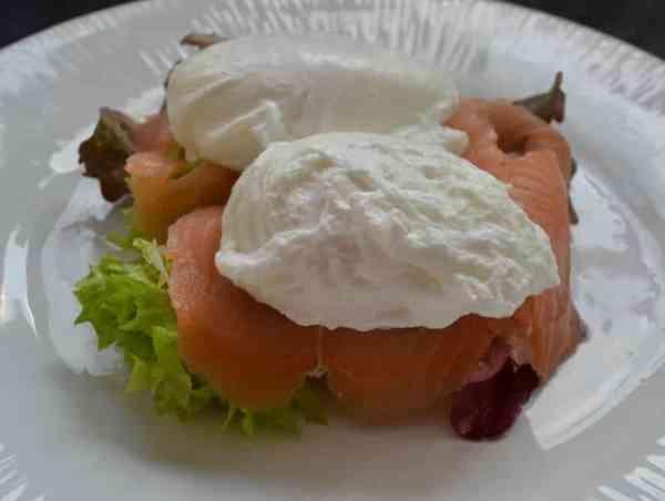 Toastbrötchen - Muffin mit Salat und geräuchertem Lachs belegt und pochiertem Ei belegt