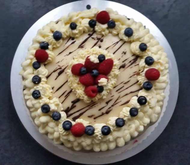 Marzipan Buttercreme Torte mit Waldfrüchten
