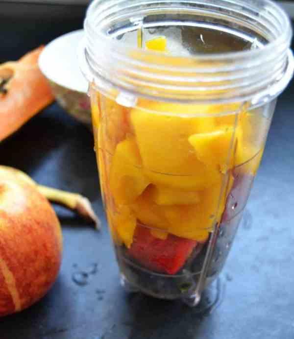 Papaya , Blaubeeren und Mango im Mixer pürieren