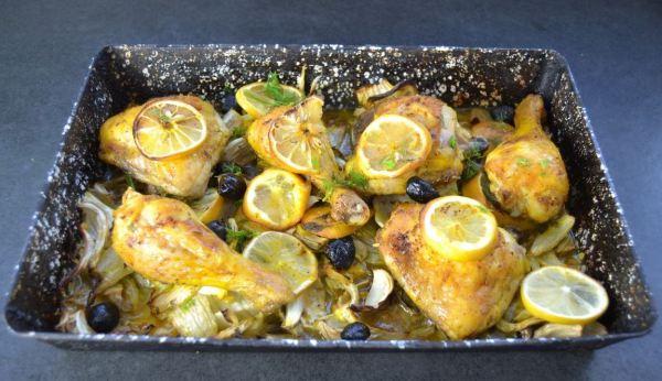 Zitronen-Hähnchenschenkel mit Fenchel und Oliven