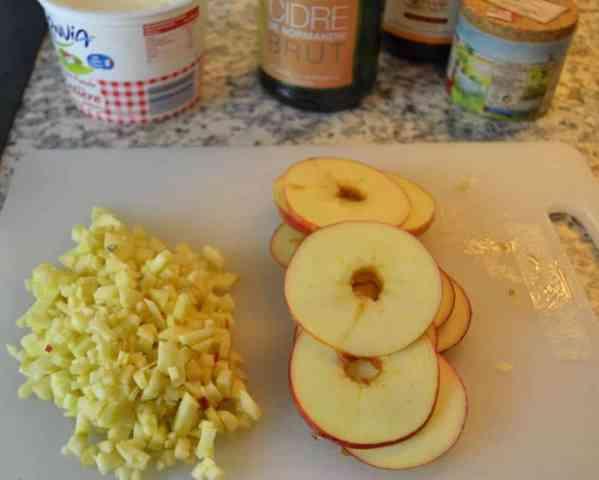 gewürfelte Apfelstücke und Scheiben
