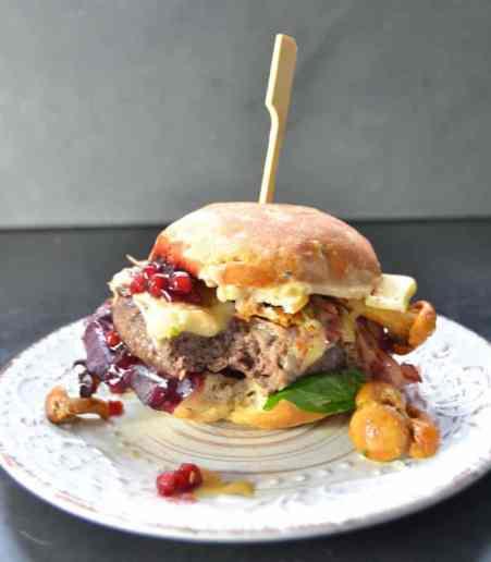 Hirschburger mit Pfifferlingen, Birne und Bacon