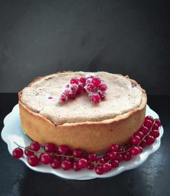 Johannisbeer-Baiser-Kuchen mit Haselnüssen
