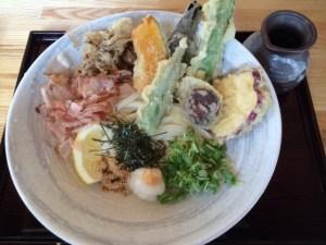 高知駅から20m:「えききた」の野菜たっぷりうどんがビジネスマンに向いてる