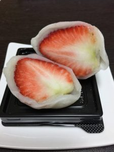 4Lサイズの苺を丸々1個使った「王の名が付く苺大福」がデカい!