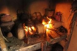Hier wird auf Lehmöfen mit offenem Feuer gekocht
