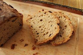 Sehr gut erkennt man die vielen Hohlräume, die das Brot schön fluffig machen und durch die Fermentation entstanden sind.