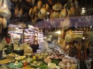 Ein Himmel voller Schinken - Schaufenster mitten in Bologna