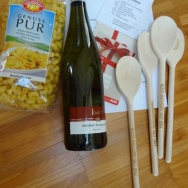 Nudeln, Wein, Kochlöffel und Gutschein waren im Paket
