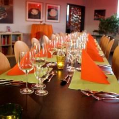 Auf dem Tisch werden später die Speisen verkostet