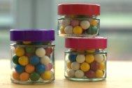 Auch Bonbons oder Kaugummis werden in den Gläsern zum dekorativen Eyecatcher.