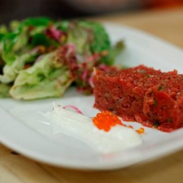 Durch die Zwiebeln und das Dressing schmeckt das Tartar eher wie Wurst, sehr lecker!