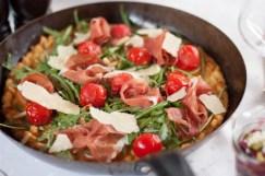 Spätzlepizza mit Rucola und Parmaschinken