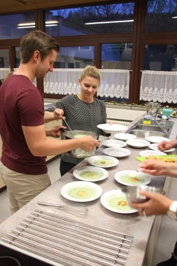 Jeder darf sein gekochtes Gericht selbst servieren.