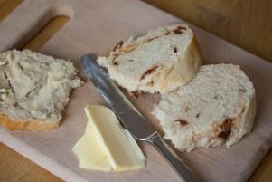 Am besten schmeckt mir das Brot mit etwas frischer Butter. So kommt der Geschmack gut zur Geltung