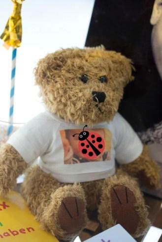 Der Bär trägt ein Fan-Shirt von seinem Star - der sieht ja aus wie Max :-)