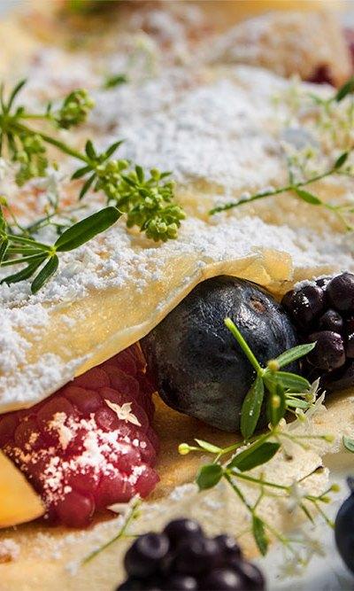 Crêpes mit Nektarinen, Beeren und Wiesenlabkraut