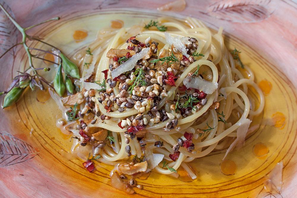 Spaghetti aglio e olio e erba della primavera