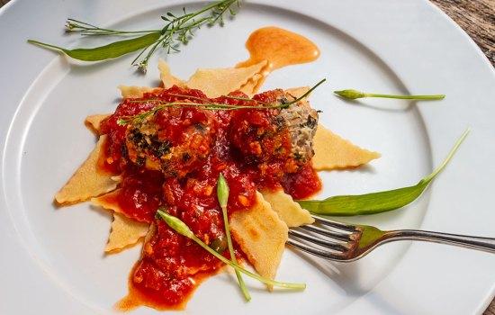Bärlauch-Mettklößchen in Tomatensoße