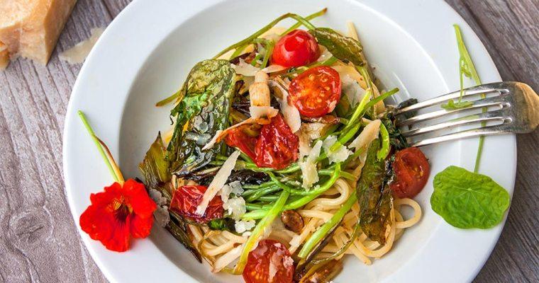 Schnelle Spaghetti mit Kapuzinerkresse