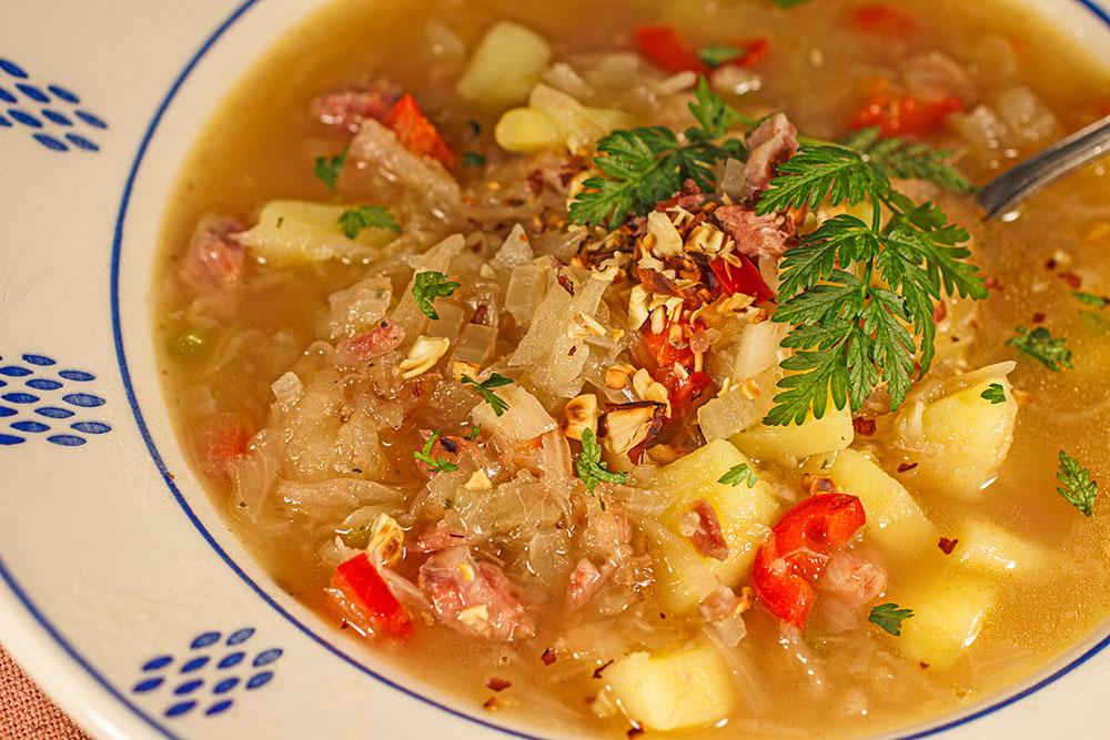 Sauerkrautsuppe mit Wiesenkerbel