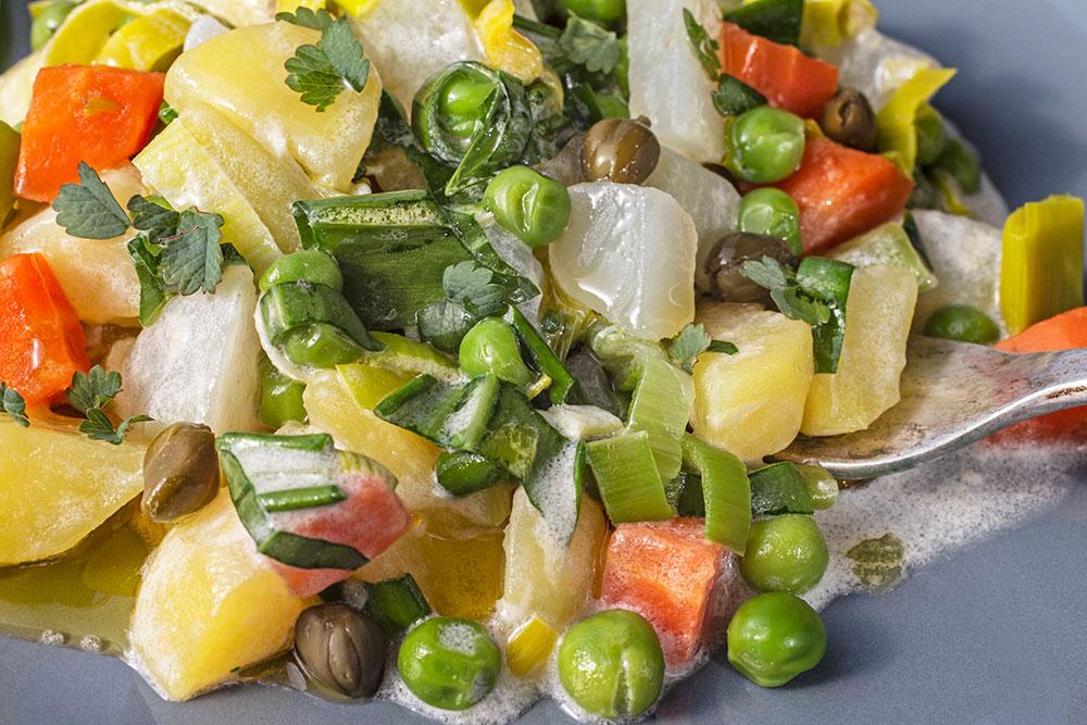 Kartoffel-Gemüsesalat mit Bärlauch und Pimpernelle