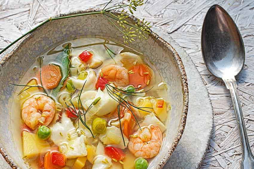 Klare Fischsuppe mit wildem Fenchel