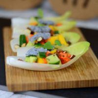 Gefüllte Chicorée-Schiffchen mit einem Mango-Gurken-Salat
