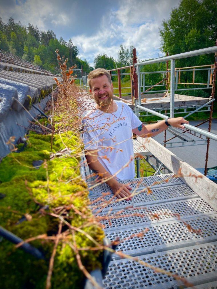 Takrennene på Vonheim var gjengrodd og taket måtte skiftes. Bjørnar Gaasholt gleder seg til å vise frem det «nye» kulturhuset.