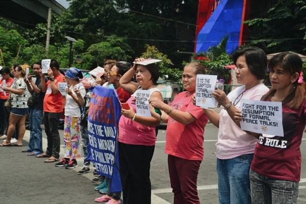 Members of sectoral organizations joined the human chain for peace held in various areas around Metro Manila last Friday. (Photo by Keilah Dimpas)