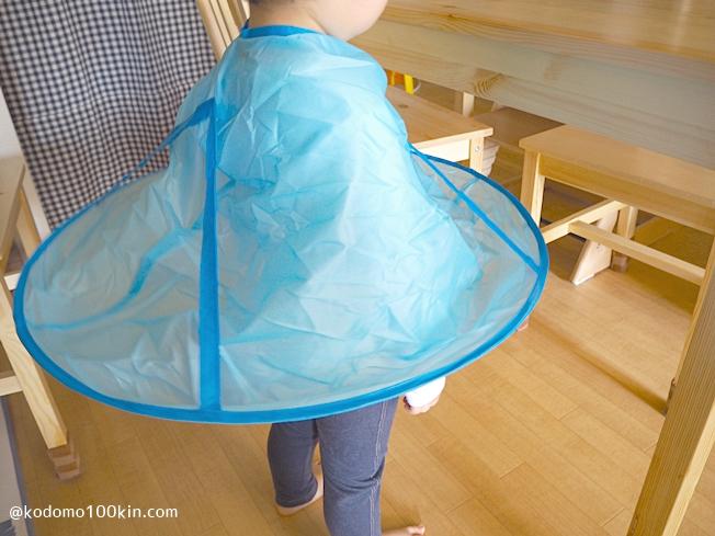ダイソー散髪用ケープ子供用 3歳児の着用イメージ
