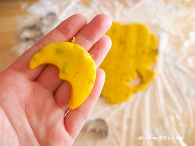 ハロウィンモチーフのクッキー抜き型 三日月形のクッキー生地