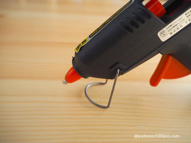 ダイソーのグルーガン 金具を装着すれば使用中も置きやすい