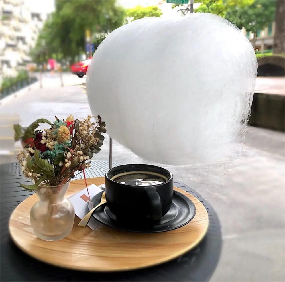 綿あめの乗ったコーヒー