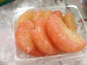 果物屋台で買ったポメロ