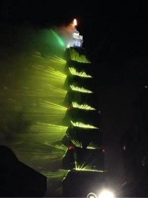 2018年の台北101花火、2017年に続き光のショーとのコラボに