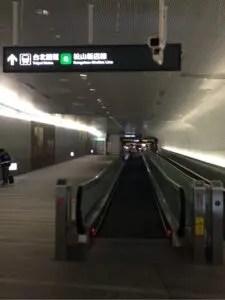 桃園MRT台北駅行き動く歩道