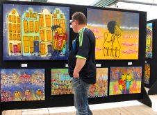 Henk Veen voor zijn schilderijen